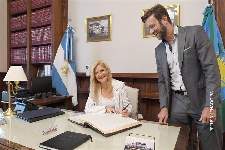 Magario firmó el acta por la cual queda a cargo interinamente del Poder Ejecutivo bonaerense