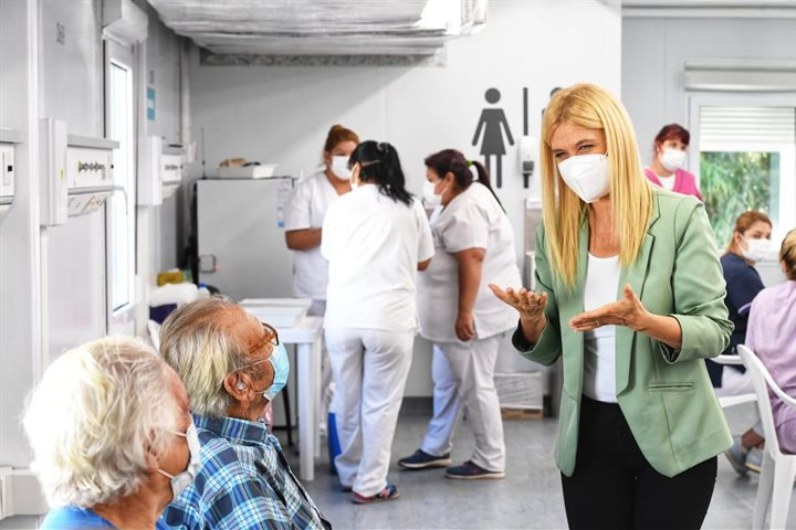 """Verónica Magario: """"Es una gran emoción poder vacunar a los mayores de 70 años"""""""